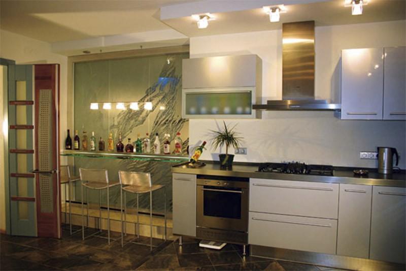 Барная стеклянная стойка в нише слева от рабочей зоны кухни
