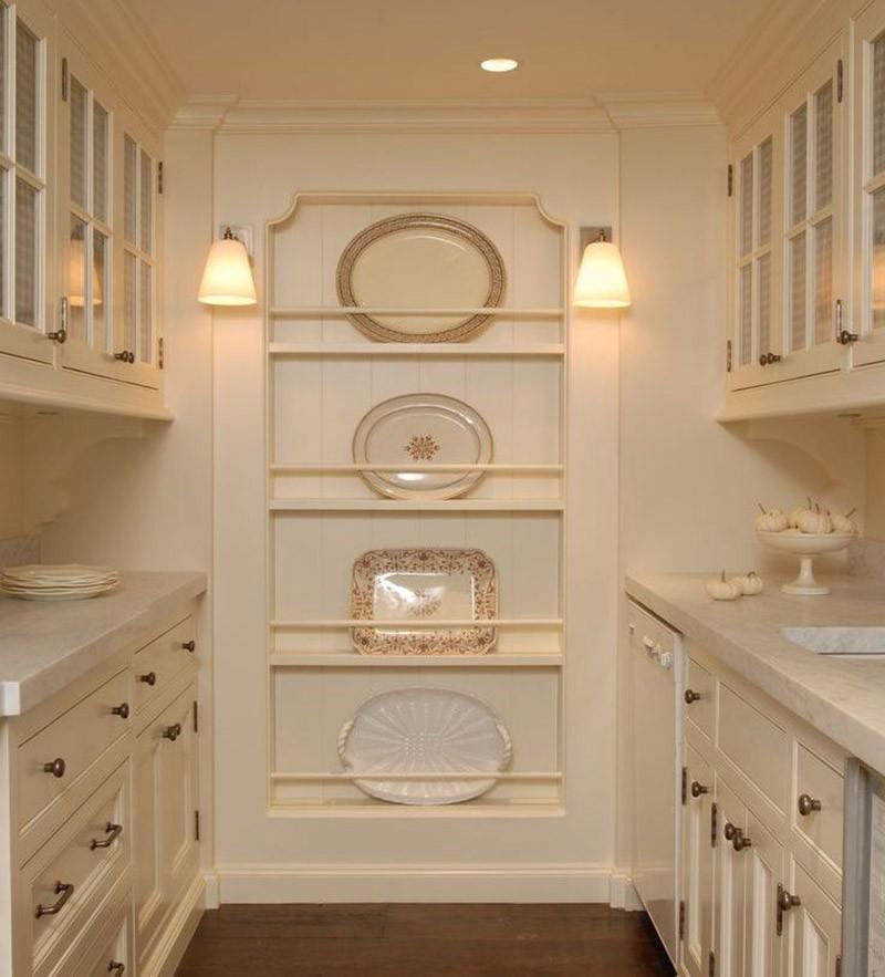Красивая посуда на полках в неглубокой нише на узкой стене