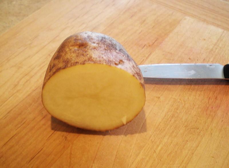 Половинка картофелины на столе