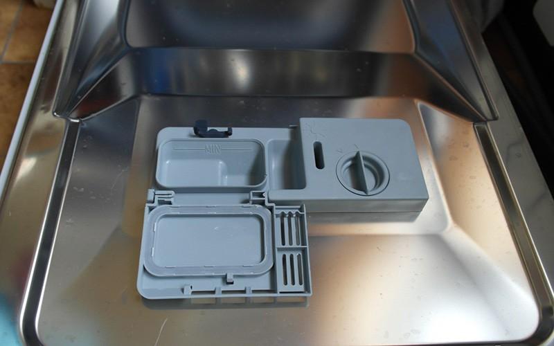Дверца с открытым приемным устройством для моющего средства