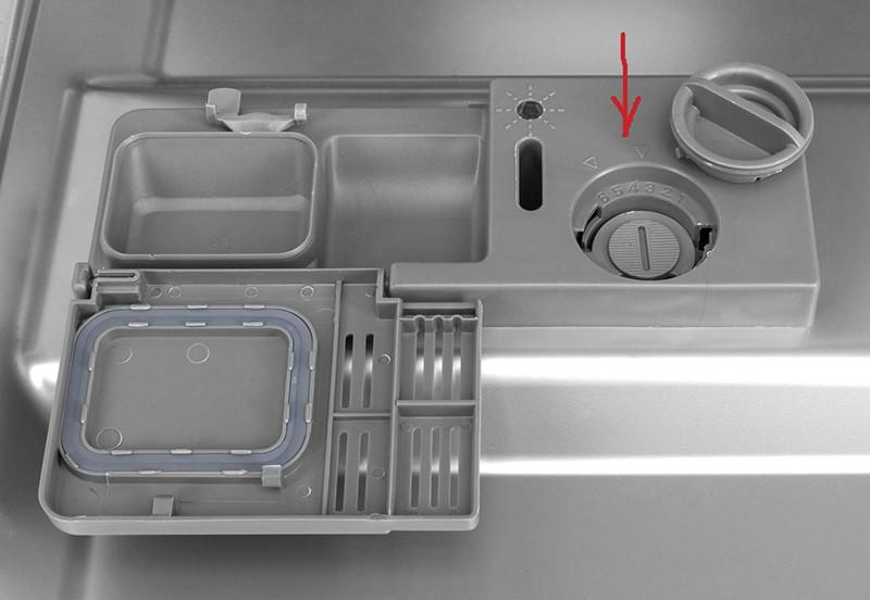 Вид сверху регулятора ополаскивателя в дверце посудомойки
