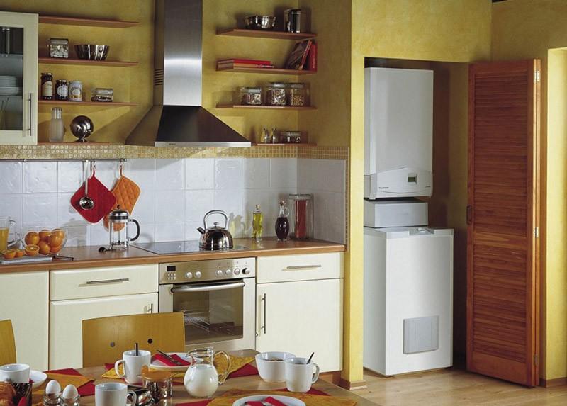 Система автономного отопления в нише кухни за дверью