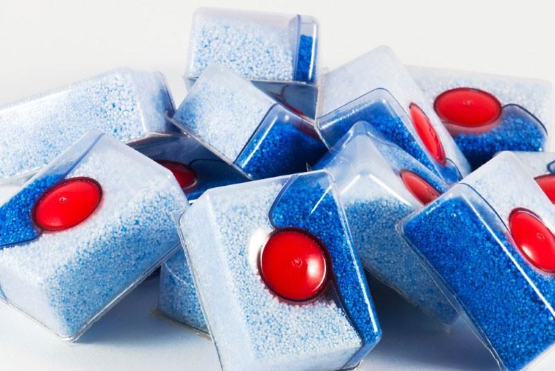 Горка таблеток средства 3 в 1 для посудомоечных машин