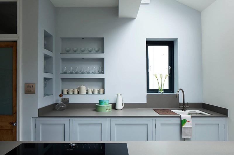 Кухня с мебелью, стенами и нишами в одном голубом цвете