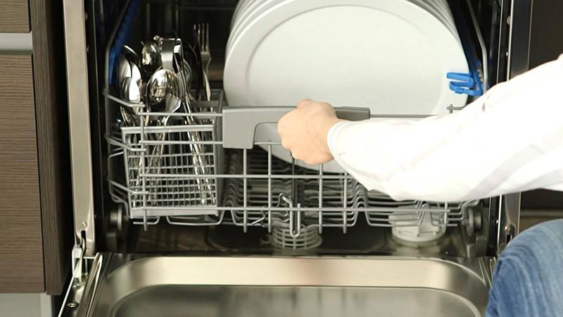 Выгрузка нижнего лотка посудомойки по окончании мойки