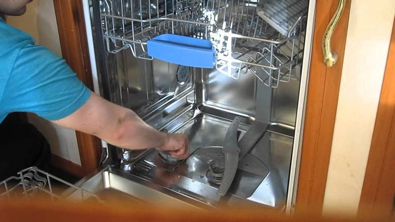 Отвинчивание крышки устройства для засыпки соли
