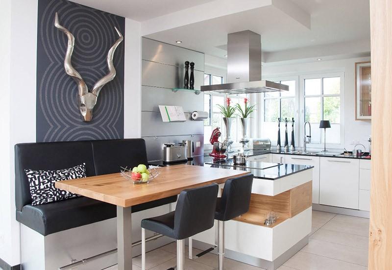 Барные стулья и диван в обеденной зоне кухни