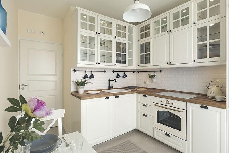 Черные фурнитура, кран и рейлинги на белой кухне