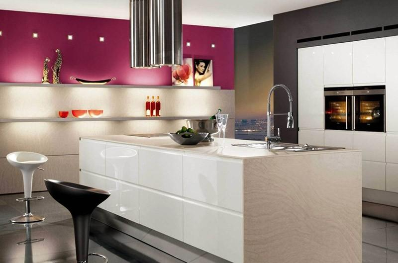 Белая кухня в интерьере с розовой и черной стеной