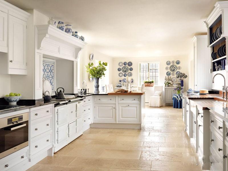 Просторная кухня с декоративной посудой в разных местах кухни