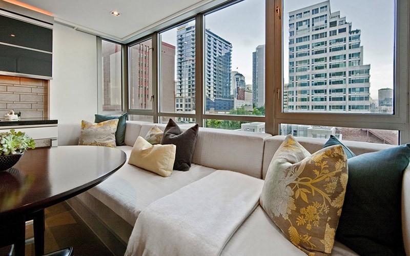 Большой диван вдоль окна для отдыха и трапезы