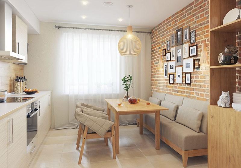 Кирпичная стена с фотографиями позади дивана в зоне обедов