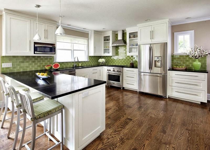 Белая кухня в интерьере с фартуком из зеленой плитки