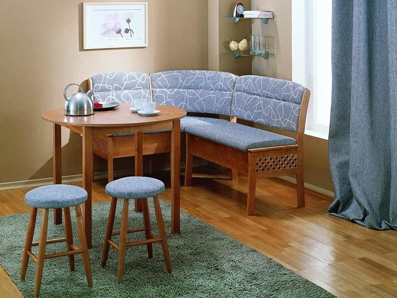 Мягкий кухонный уголок с двумя табуретами и круглым столом