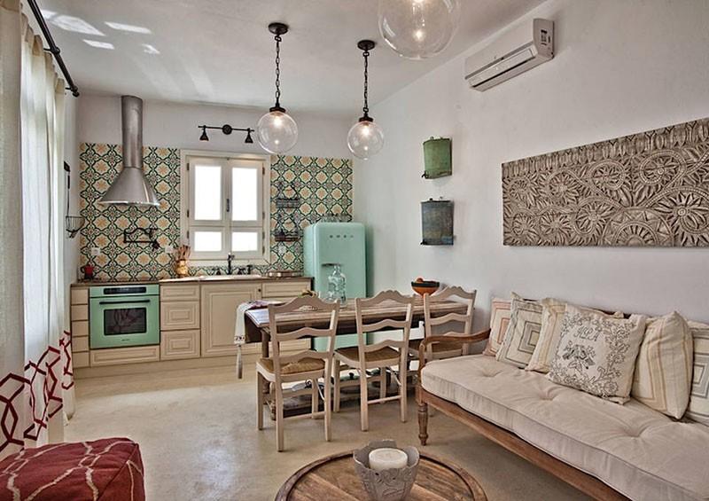 Диван-скамья с мягкими подушками рядом с обеденным столом в средиземноморском стиле