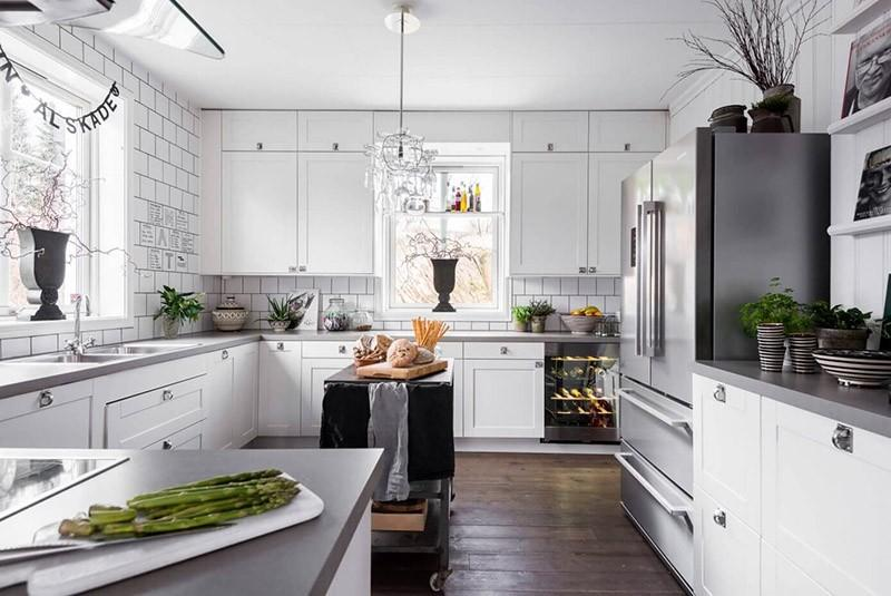 Темный деревянный пол для светлой кухни