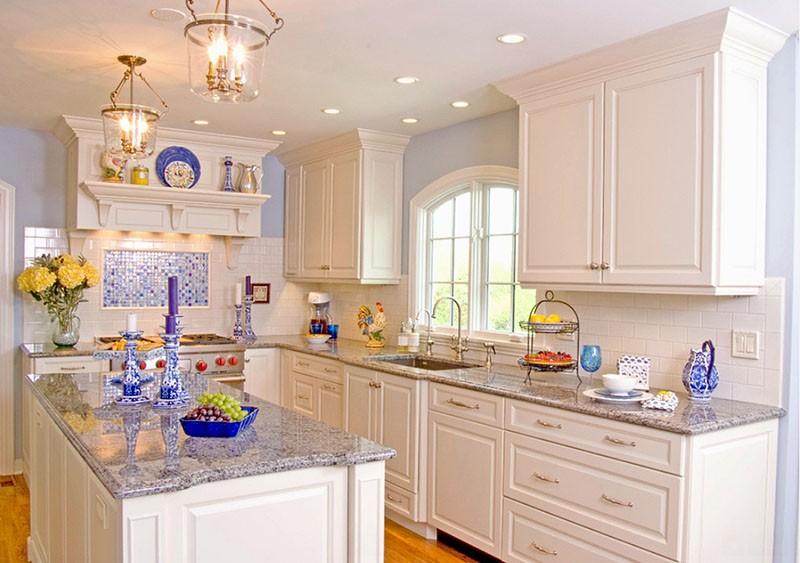 Яркая посуда и мозаичный фартук в синих тонах