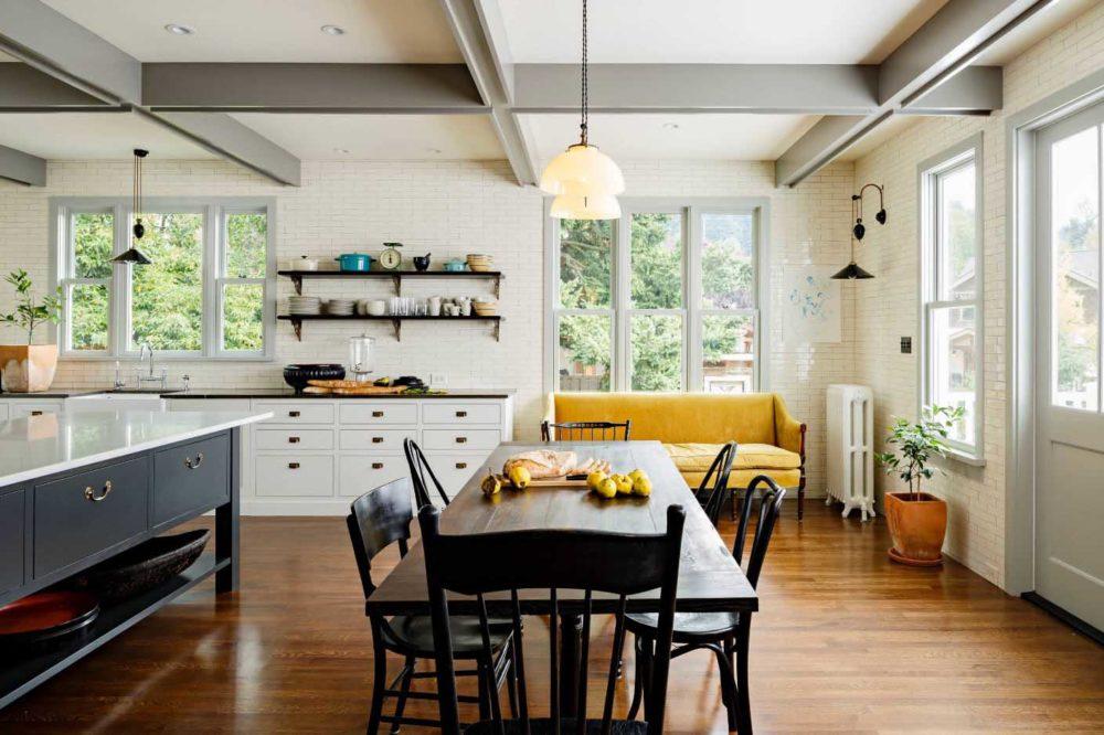 Желтый диван на высоких деревянных ножках