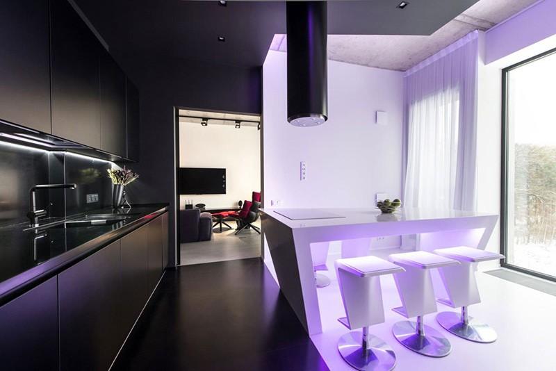 Черная кухня и строго по линии белая обеденная зона