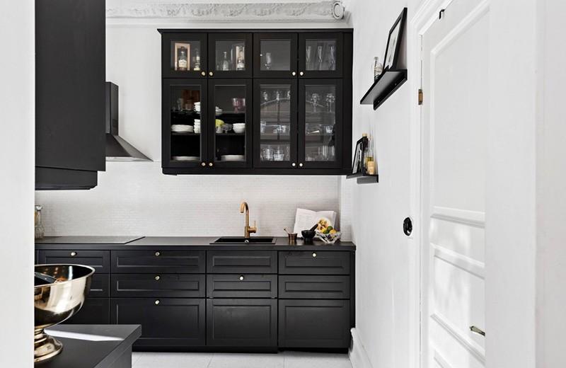 Черная кухня в белом помещении скандинавского стиля
