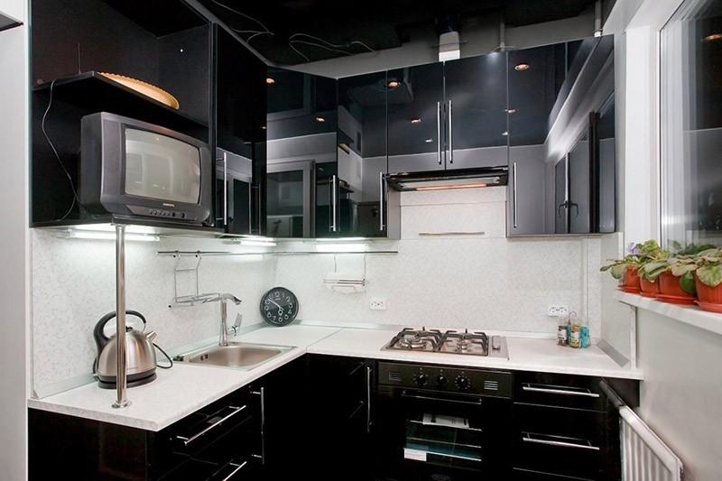Глянцевые черные фасады на кухне маленького размера
