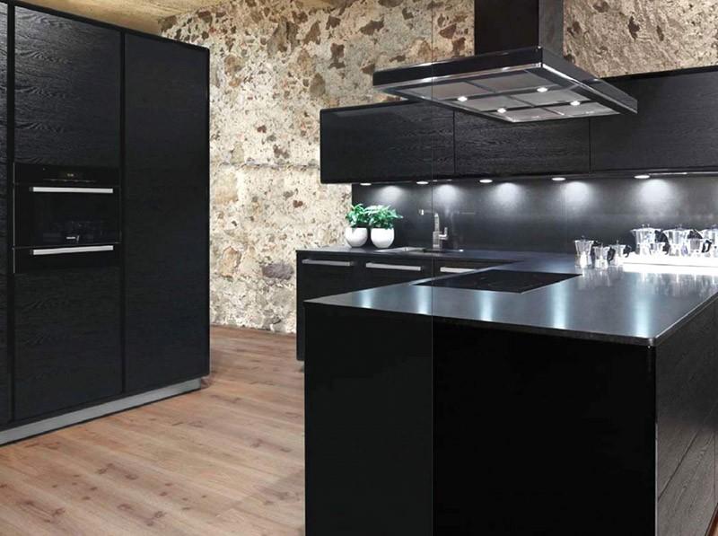 Деревянный пол и каменная стена на кухне