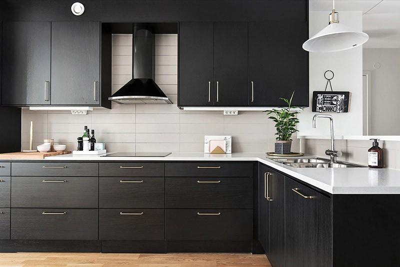 Классическое сочетание черного и белого на кухне
