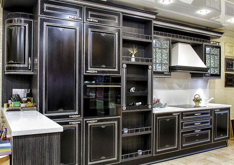Патина на черных фасадах кухонного гарнитура