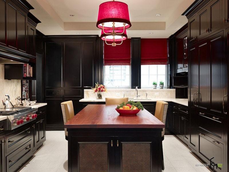 Красные шторы и два красных абажура на фоне черной мебели