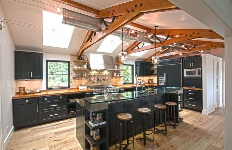 Черная мебель и деревянные балки помещения в стиле лофт