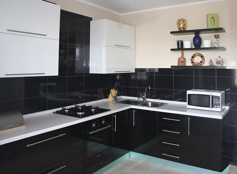 Черно-белая малогабаритная кухня
