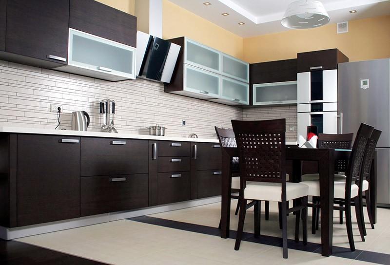 Персиковые стены среди черных и белых предметов кухни