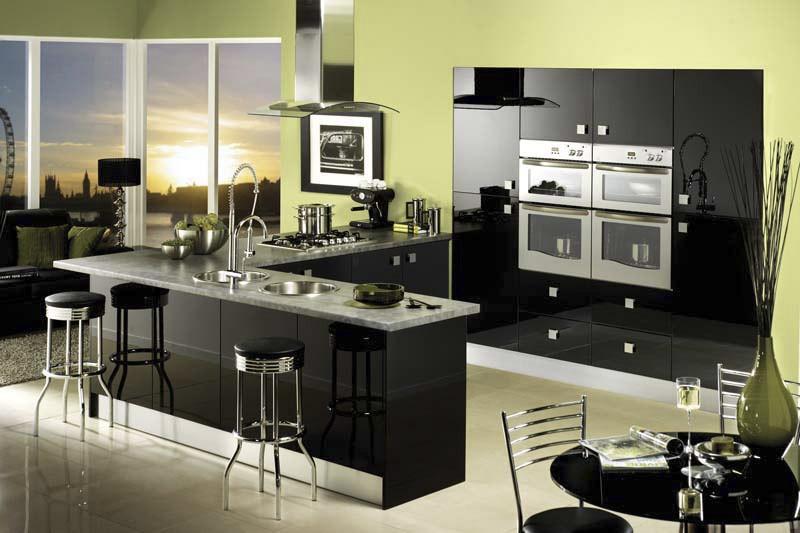 Оливковые стены среди черной кухонной мебели