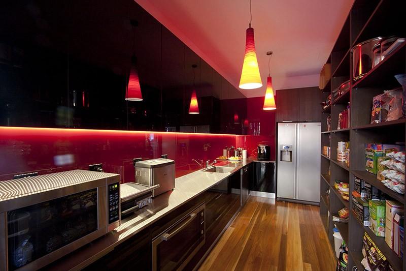 Агрессивное сочетание красного и черного цветов в помещении