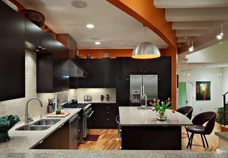 Оранжевая стена на кухне