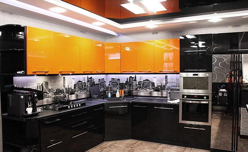Оранжевые фасады кухни в симбиозе с черными