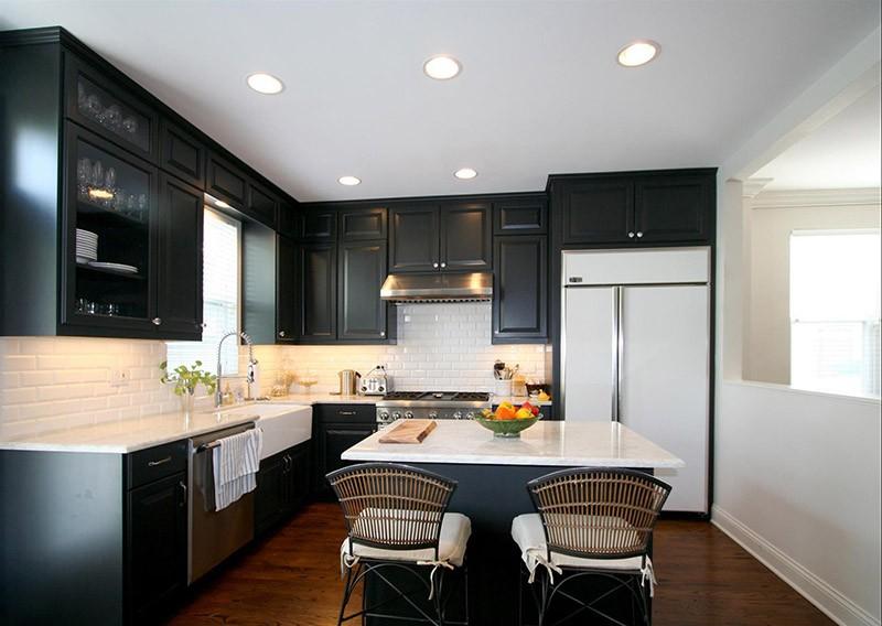 Строгий классический кухонный гарнитур черного цвета