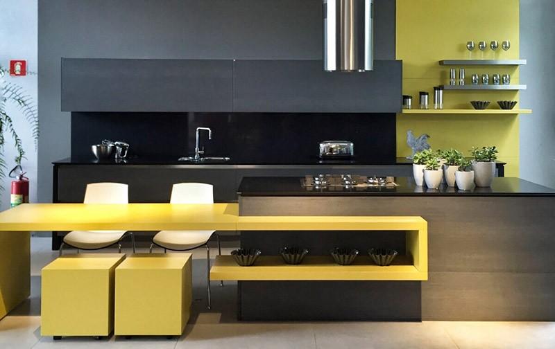 Желтые элементы среди черной мебели