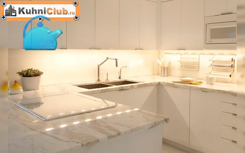 Подсветка-рабочей-зоны-на-белой-кухне