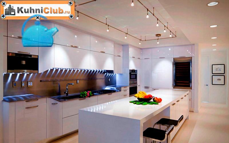 Люстра-и-точечные-светильники-на-кухне