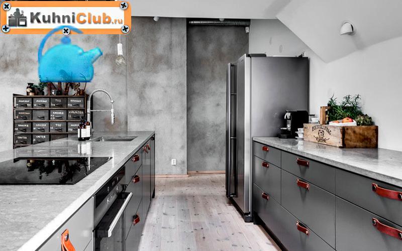 Стена-на-кухне-с-декоративной-штукатуркой-под-бетон